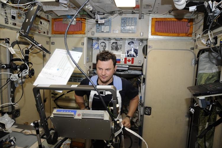 Космонавты во время занятий спортом / фотографии Роскосмоса