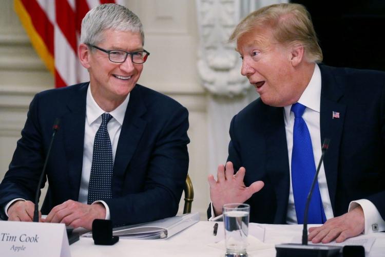 """Дружба с президентом: Тим Кук проведёт экскурсию Трампу по заводу Apple"""""""