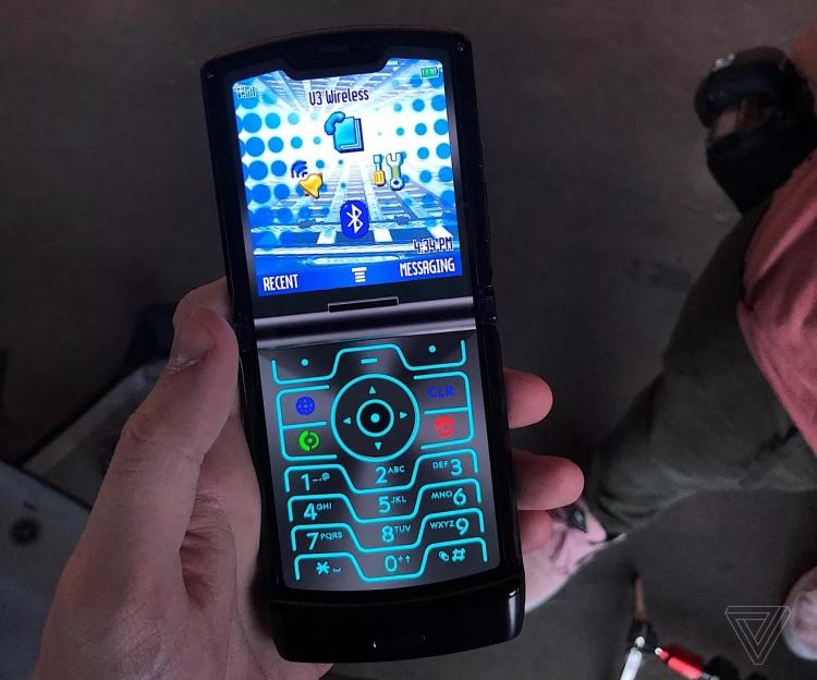 """В новом гибком Motorola razr есть режим ретро в стиле 2004 года"""""""