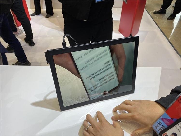 """Фото дня: ноутбук Lenovo ThinkPad X1 с гибким экраном на «живых» снимках"""""""