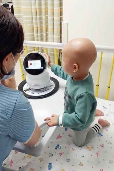 """Роботов LG CLOi направили в детскую больницу для поддержки маленьких пациентов"""""""