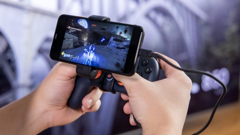 В GameSpot отмечают, что крепёж порой царапает геймпад