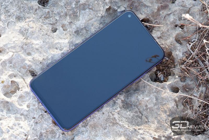 Huawei nova 5T, лицевая панель: в левом верхнем углу – фронтальная камера, по центру над экраном — динамик с индикатором состояния