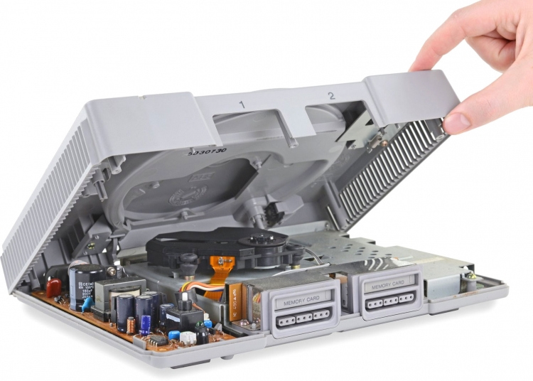 """Оригинальной PlayStation — 25 лет. Разборка консоли напомнила о передовых технологиях прошлого века"""""""