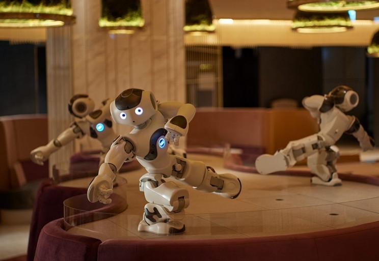 """В Токио открыли кафе, где трудятся роботы Pepper и обычные официанты"""""""