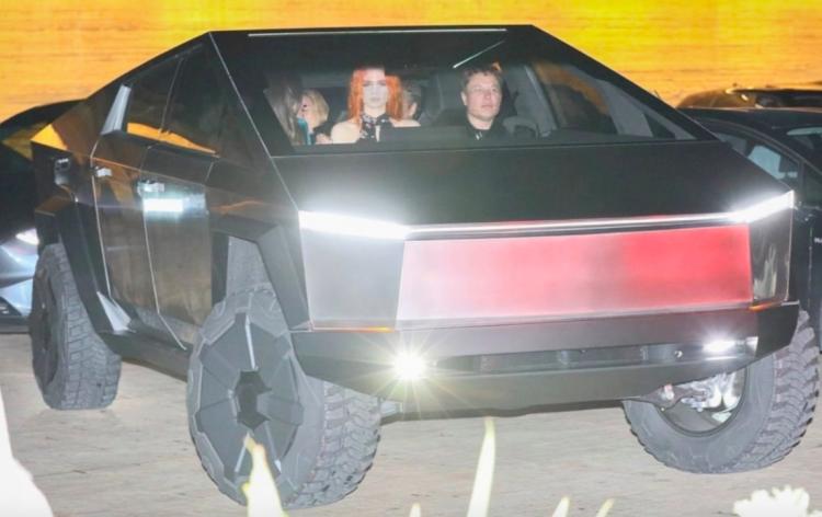 "Видео: Илона Маска заметили за рулём Tesla Cybertruck на дорогах Лос-Анджелеса"""