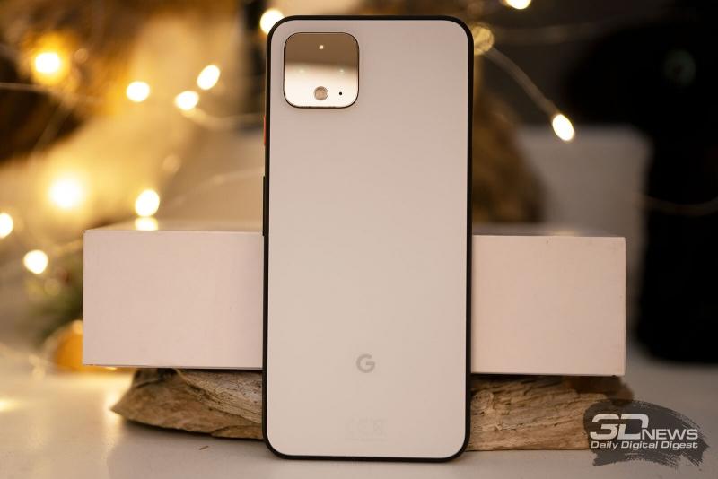 Google Pixel 4, задняя панель: в углу находится блок с двумя объъективами камер, спектральным датчиком и двойной светодиодной вспышкой