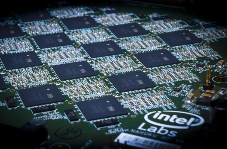 Плата Intel Nahuku, содержащая от 8 до 32 нейроморфных чипов Loihi