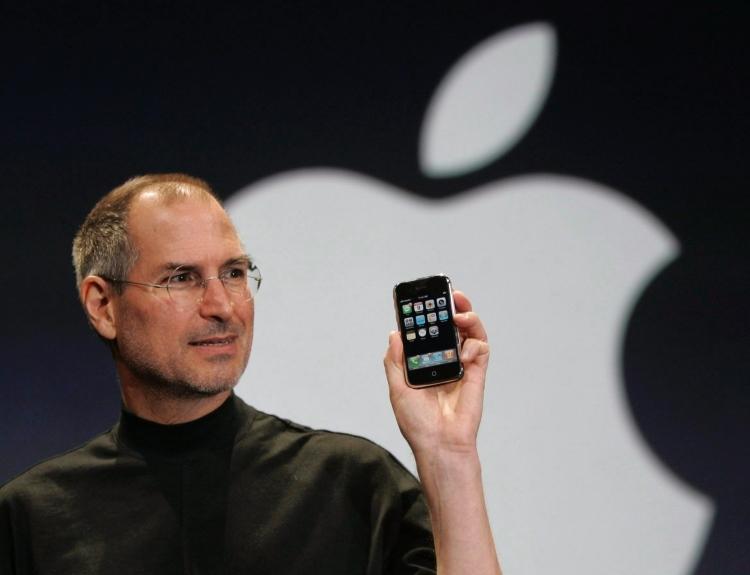 Стив Джобс демонстрирует публике первый iPhone