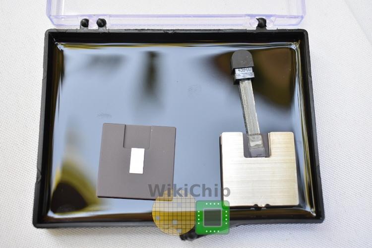 Открытый чиплет (слева) и чиплет в сборе с внешним лазером SuperNova