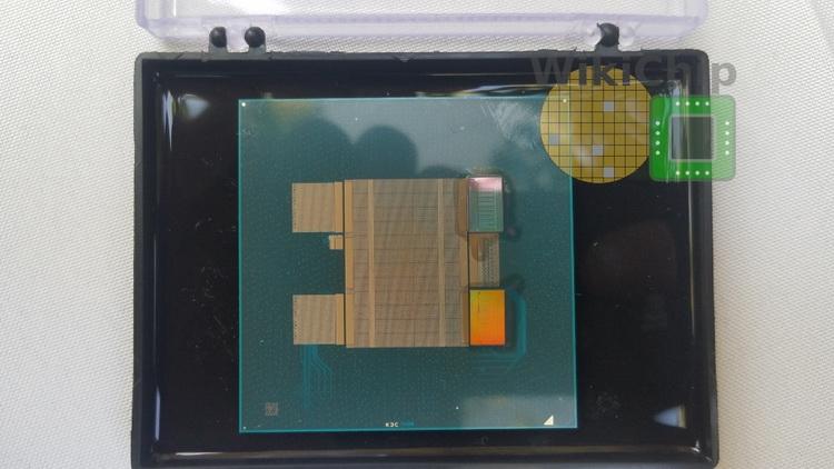 Образец ПЛИС Intel Stratix 10 с двумя чиплетами TeraPHY (справа)