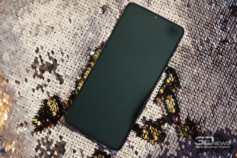 OnePlus 7T, лицевая панель: над экраном, занимающим практически всю лицевую панель, мы видим прорезь разговорного динамика и вырез с фронтальной камерой