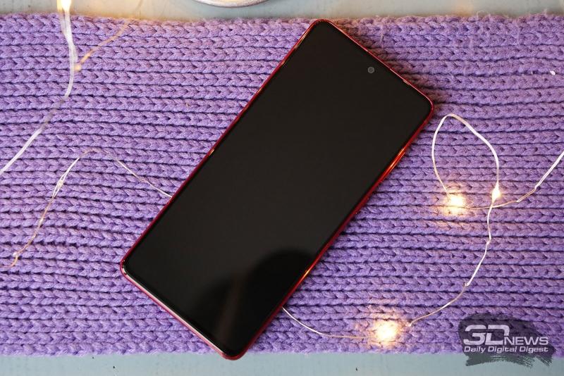 Samsung Galaxy Note10 Lite, лицевая панель: экран с минимальными рамками и врезанная прямо в площадь экрана фронтальная камера, в верхнюю кромку вписан разговорный динамик