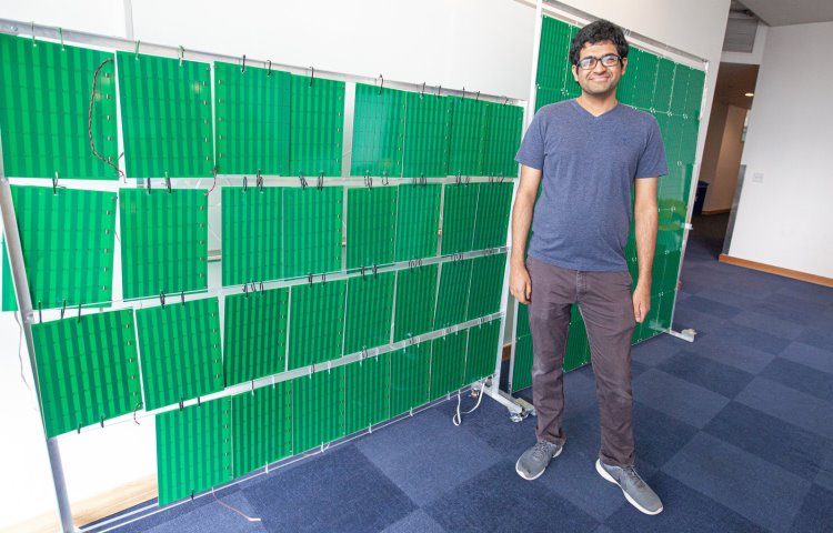 Один из авторов проекта Венкат Арун (Venkat Arun) рядом с прототипом системы RFocus