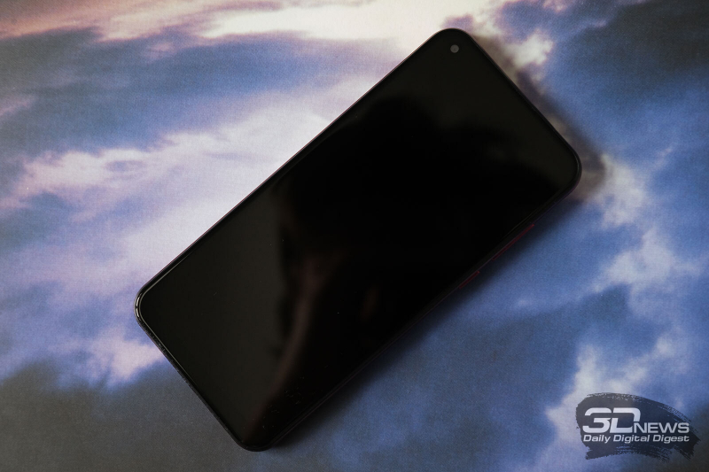 BQ-6464L Magic O, лицевая панель: в верхней части экрана – отверстие с фронтальной камерой в углу и разговорный динамик