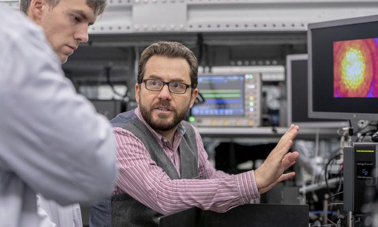 Лаборатория гибридной фотоники Сколтеха во главе с профессором Павлосом Лагудакисом