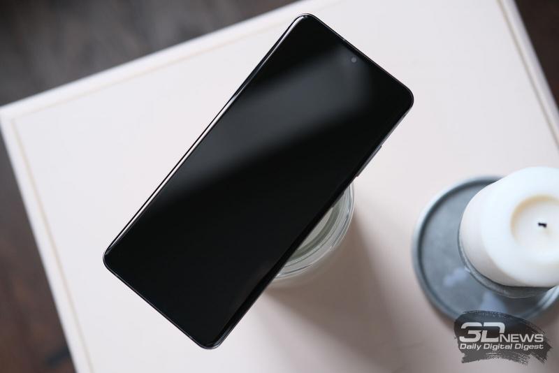 Samsung Galaxy S20 Ultra, лицевая панель: дисплей с врезанной прямо в него фронтальной камерой; в нижней части в панель экрана спрятан сканер отпечатков. Под верхнюю грань почти незаметно вписана тоненькая прорезь разговорного динамика