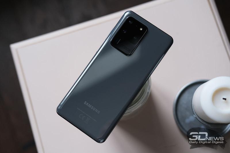 Samsung Galaxy S20 Ultra, задняя панель: в углу — огромный блок с четырьмя объективами камер, микрофоном и одинарной светодиодной вспышкой