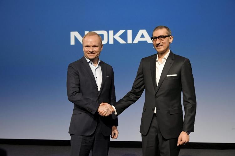 Новый глава Nokia Пекка Лундмарк жмёт руку прежнему Радживe Сури (Lehtikuva/Markku Ulander, Reuters)