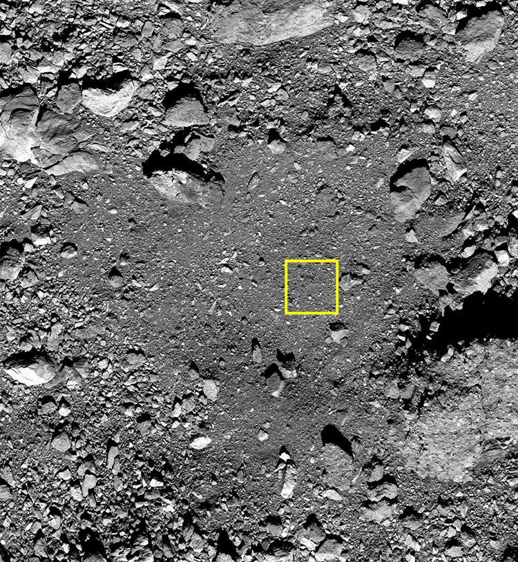 Длина стороны жёлтого квадрата составляет примерно 5 метров