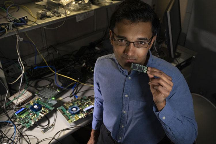 Инженер Набиль Имам из Intel показывает плату с процессорами Loihi