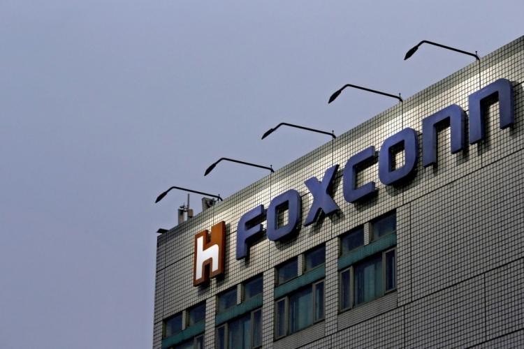 Foxconn переоснащает заводы и утверждает, что работников достаточно, чтобы обеспечить «сезонный спрос»
