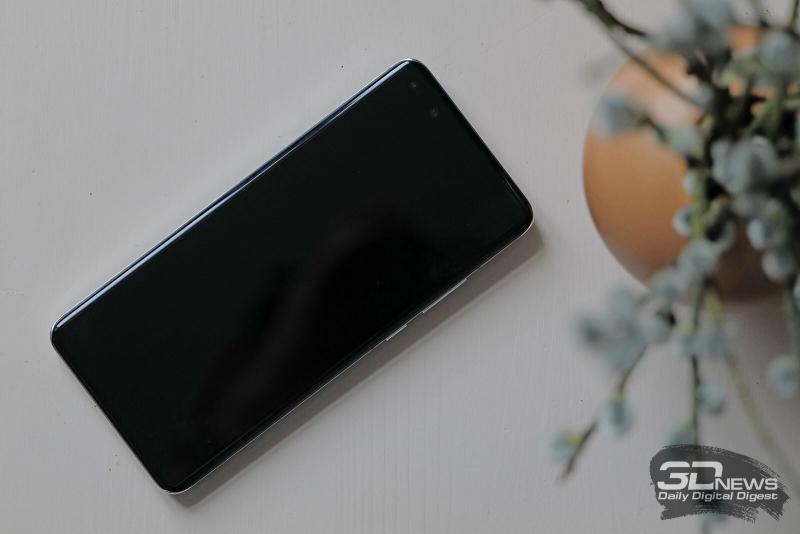 Huawei P40 Pro, лицевая панель: в углу экрана — блок двойной камеры с дополнительным ИК-датчиком