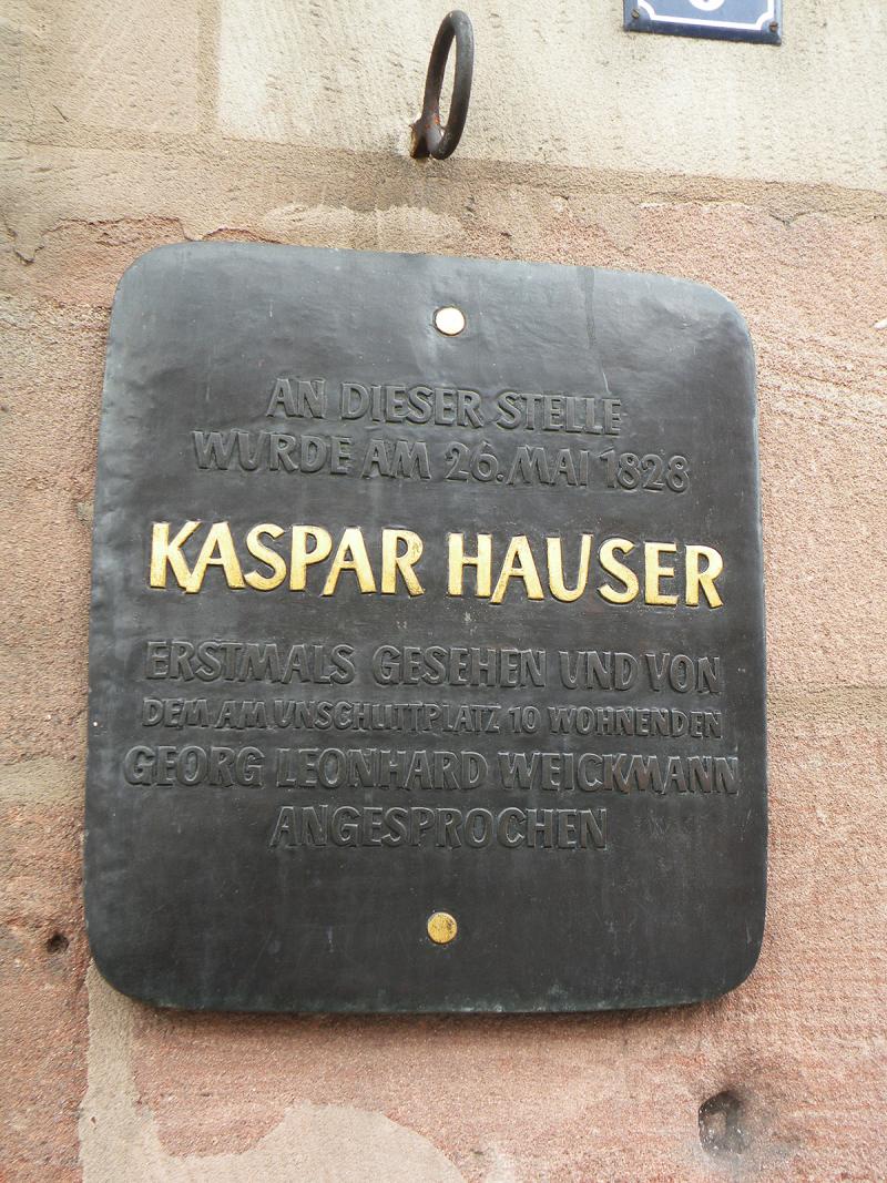 Табличка, установленная на месте, где был впервые обнаружен Каспар Хаузер