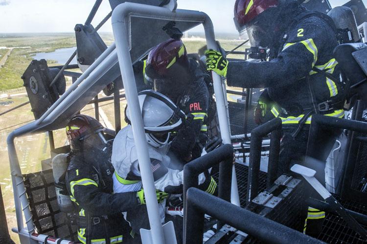 Спасатели доставляют «раненного» астранавта в гондолу для скоростного спуска по тросу