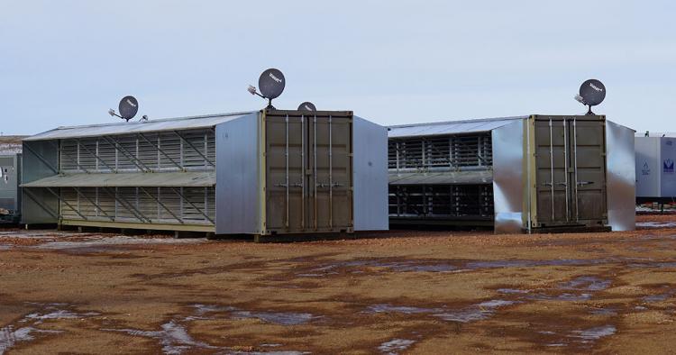 Мобильные ЦОД Crusoe Energy Systems устанавливаются непосредственно на площадку нефтяных скважин для выполнения ресурсоёмких вычислений и работают на попутном нефтяном газе