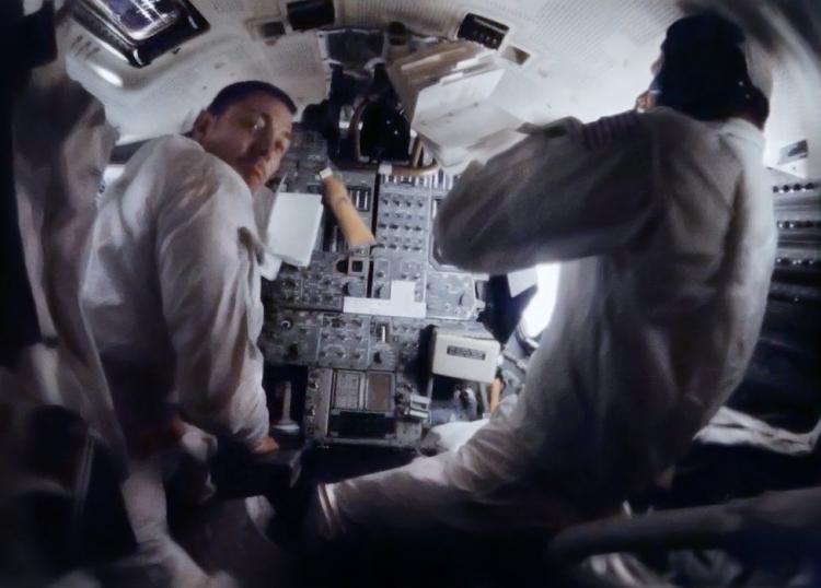 Изобилие переключателей: Суайгерт (слева) и Ловелл (справа) на фоне контрольной панели управления лунным модулем
