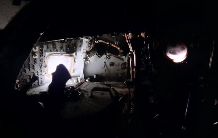 Обработанный тёмный панорамный снимок отключённого командного модуля. Оригинал фото сделал Фред Хейз, когда проводилась последняя проверка перед вхождением аппарата в атмосферу Земли