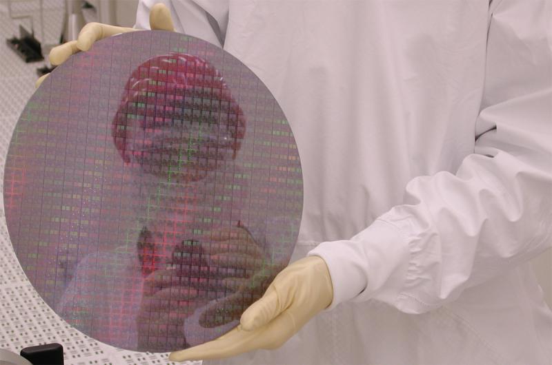 Кремниевая подложка с микросхемами Intel