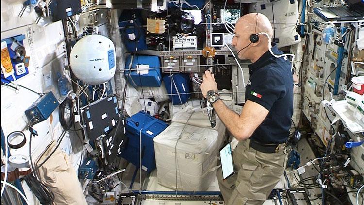 Астронавт Лука Пармитано общается с роботом CIMON-2 на МКС