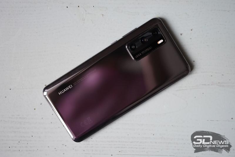 Huawei P40, задняя панель: в углу — блок тыльной камеры с тремя объективами и двойной светодиодной камерой