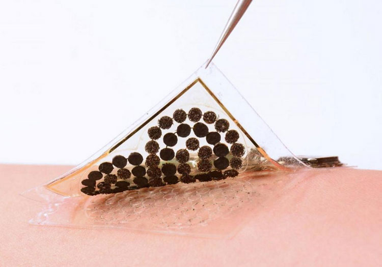 Прототип биотопливтного источника питания от пота человека (Caltech)