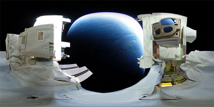 Вид на Землю со стороны блока лазерной связи с японского модуля Kibo