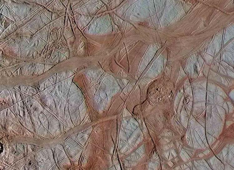 Изображение поверхности спутника Юпитера Европы после новой обработки старых снимков