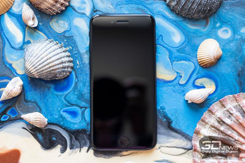 Apple iPhone SE (2020), лицевая панель: над экраном — разговорный динамик, датчик освещенности и фронтальная камера; под экраном — клавиша «Домой» со встроенным сканером отпечатков