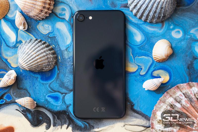 Apple iPhone SE (2020), задняя панель: в углу — одинарная основная камера, микрофон и вспышка