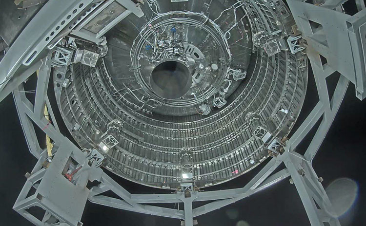Вид снизу на сопло двигателя Raptor на прототипе