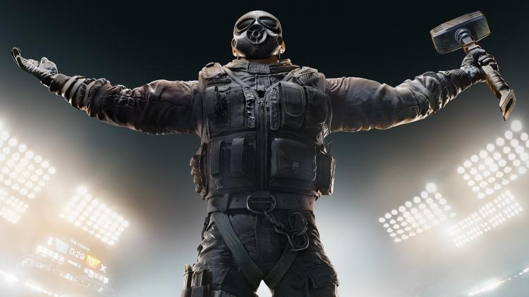 Один из оперативников Tom Clancy's Rainbow Six Siege празднует победу над Area F2