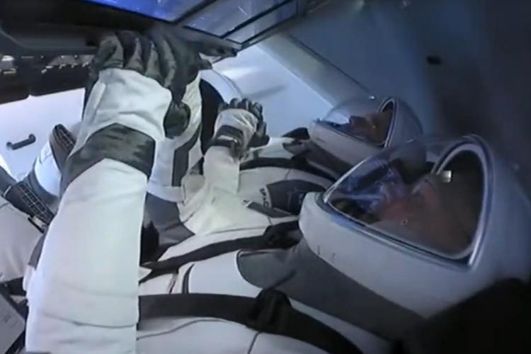 Космический корабль SpaceХ Crew Dragon с экипажем на борту не взлетел: нелётная погода