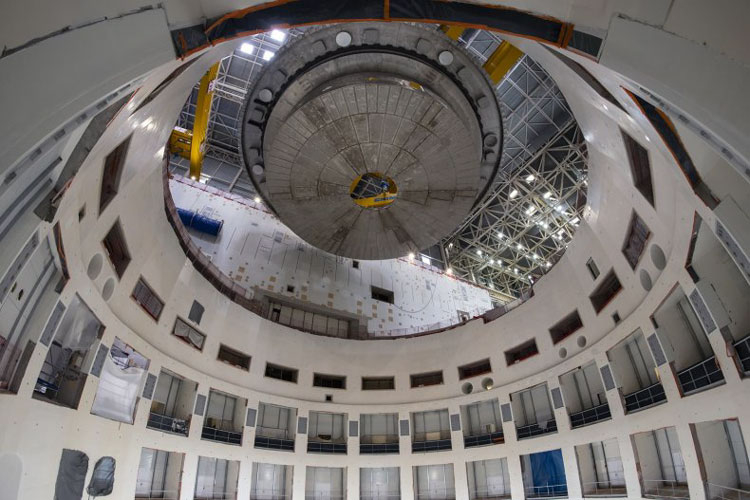 Основание реактора перед спуском в шахту ректора (ITER)