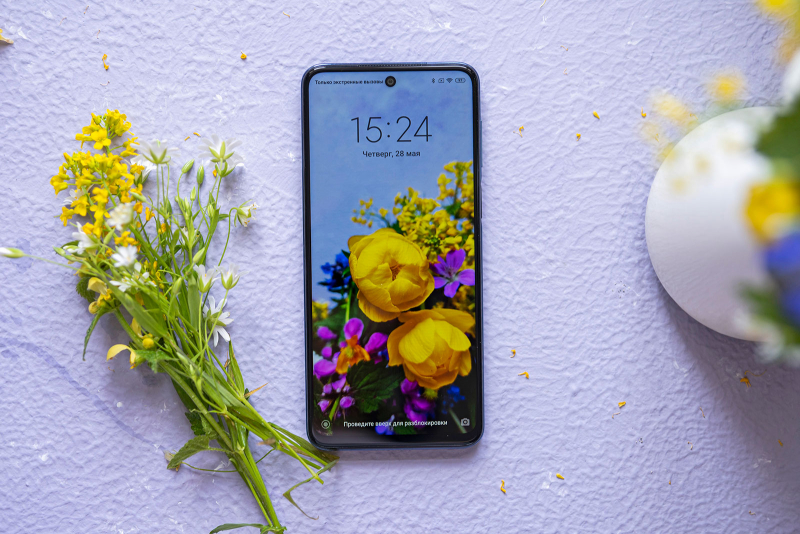 Xiaomi Redmi Note 9S, лицевая панель: отверстие с фронтальной камерой в верхнец части экрана, еще выше — разговорный динамик