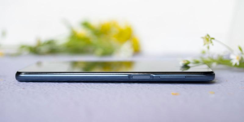Xiaomi Redmi Note 9S, правая грань: клавиша включения/блокировки со встроенным сканером отпечатков и клавиша регулировки громкости/спуска затвора камеры