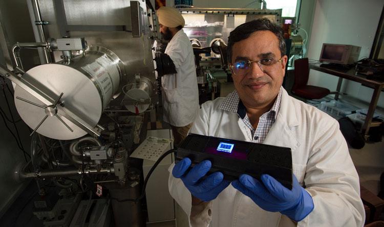 Профессор Константин Остриков демоснтрирует изобретение (Queensland University of Technology)