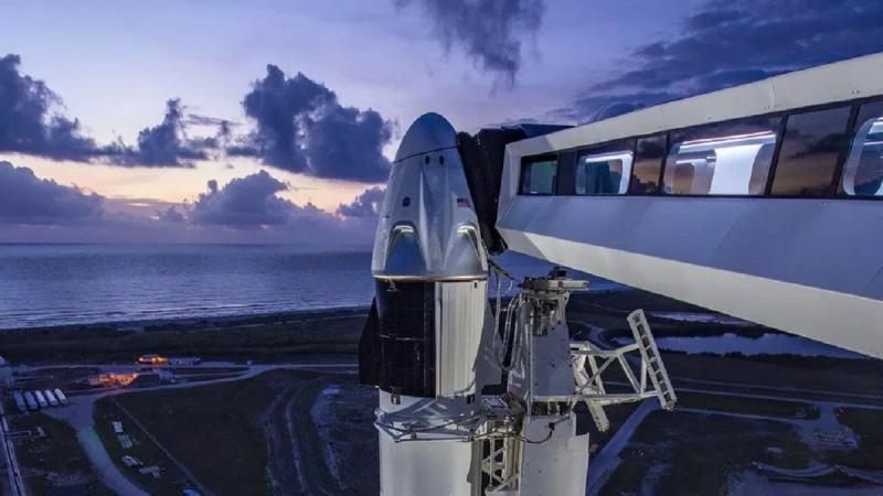 Crew Dragon перед стартом, с подведенным крытым переходом для посадки астронавтов в корабль. Фото NASA