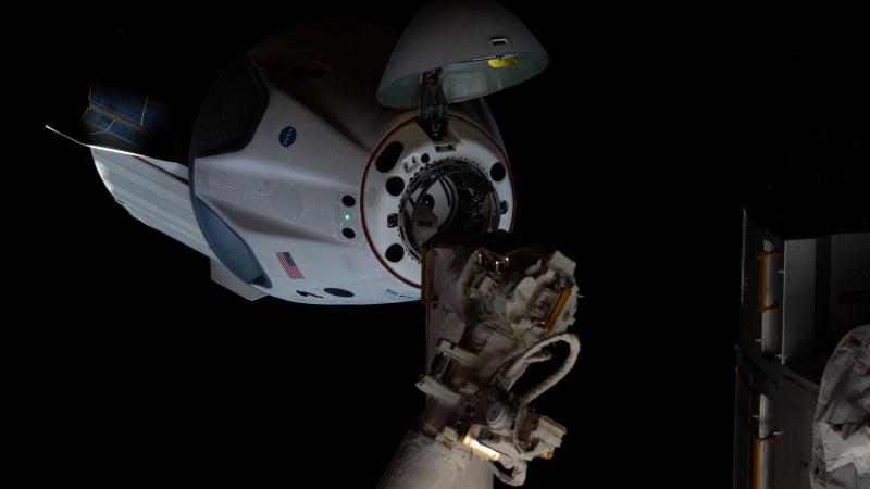 Crew Dragon (Demo-2) приближался к МКС. Носовой конус открыт, виден стыковочный агрегат корабля, который подходит к адаптеру модуля Harmony. Фото NASA