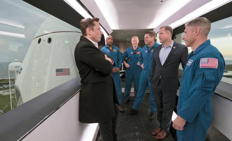 Илон Маск с астронавтами Виктором Гловером, Дагом Херли, Бобом Бенкеном, администратором NASA Джимом Брайденстайном и астронавтом Майком Хопкинсом. Фото NASA